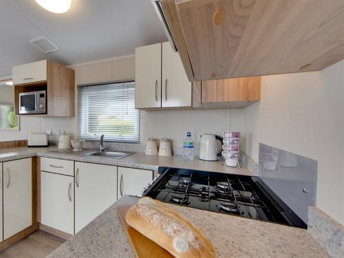 1-186-1-14503-1-2018-Willerby-Rio-Gold-12-Kitchen
